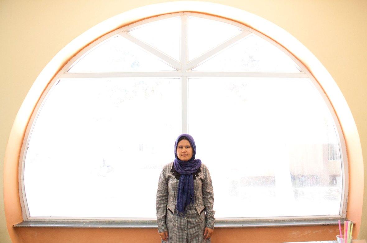 Afghanische Frau hinter vor einem Bogenfenser