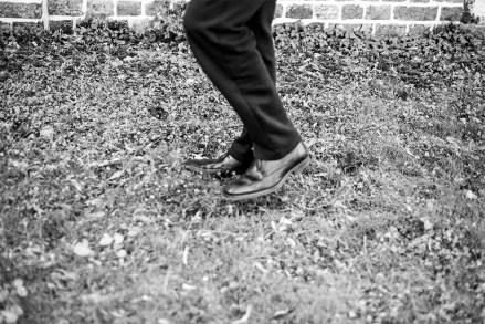 Hij draagt de schoenen van een wetenschapper onder een joggingbroek