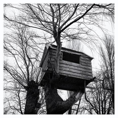SCHOUWERZIJL Gebouwd in de tijd dat de kinderen klein waren. Zij hebben inmiddels hun ouderlijk huis en de boomhut verlaten. De hut wordt binnenkort afgebroken, want hij is te bouwvallig geworden. Wat jammer, dan gaat ook het uitzicht op de wellicht mooie herinneringen verloren.
