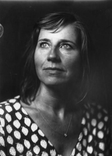 Jolijn Peters, portret gemaakt op Noorderzon 2019.[Houten platencamera, direct positive paper]