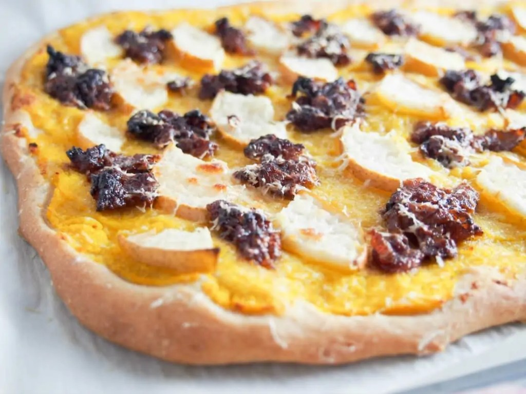 This bacon jam, pear & butternut squash pizza is a thoroughly fall-flavored pizza. With a roast squash base, bacon jam, pear & pecorino on top. So good!