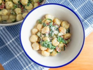 creamy bacon sauce with spinach (for pasta/gnocchi)