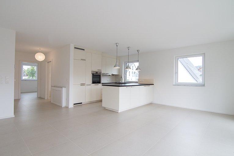Moderne Küchen- und Essbereich