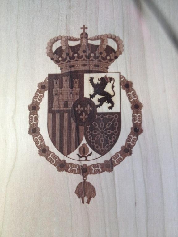 Escudo grabado a laser en caja de vino