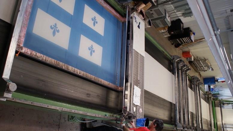 Deux hommes impriment un drapeau