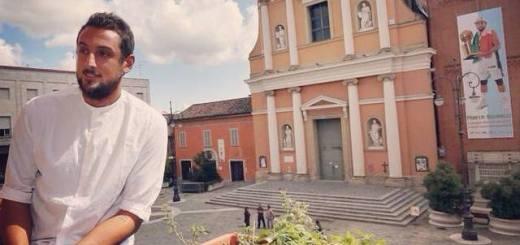Marco Belinelli, sullo sfondo Piazza del Popolo e lo striscione a lui dedicato a San Giovanni in Persiceto