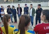 Los jugadores del F.C. Cartagena visitan la barriada Villalba
