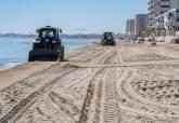 Trabajos de limpieza en la playa de La Manga