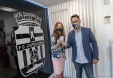 La alcaldesa, Ana Belén Castejón, con su carné de socia del FC Cartagena