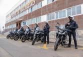 El concejal Juan Pedro Torralba supervisa la puesta en marcha de las nuevas motocicletas de Policía Local.