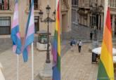 Izado de banderas trans y arco iris a las puertas del Palacio Consistorial Enorgullect 2021