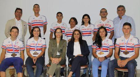 Ciclistas y entrenador de Cartago reciben reconocimiento del Ministerio de Deportes