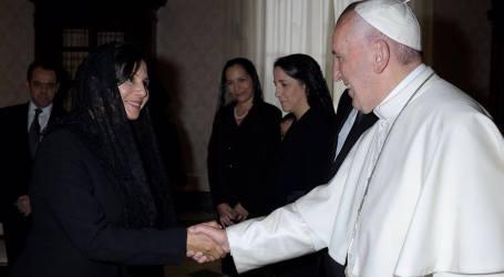 Diputada le entregó camisa del cartaginés al Papa Francisco