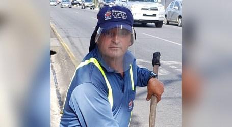 Barredor de vías de Cartago encontró dos celulares en la calle y buscó a su dueño para devolvérselos