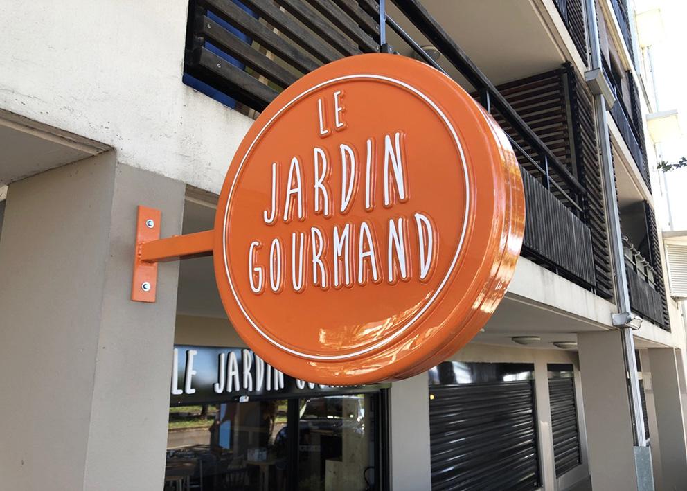 Enseigne-Potence-thermoformee-Le-jardin-gourmand
