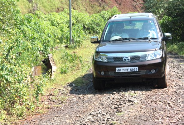 tata safari storme driving photo