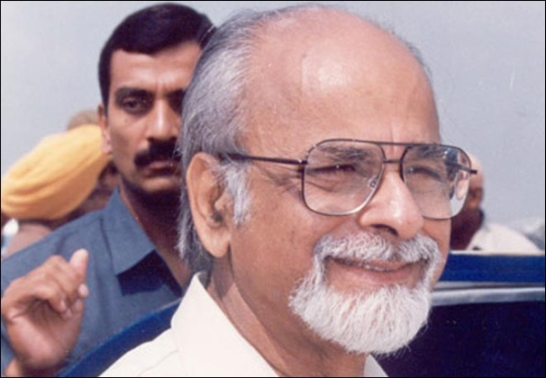 IK Gujral arrives in his Hindustan Ambassador