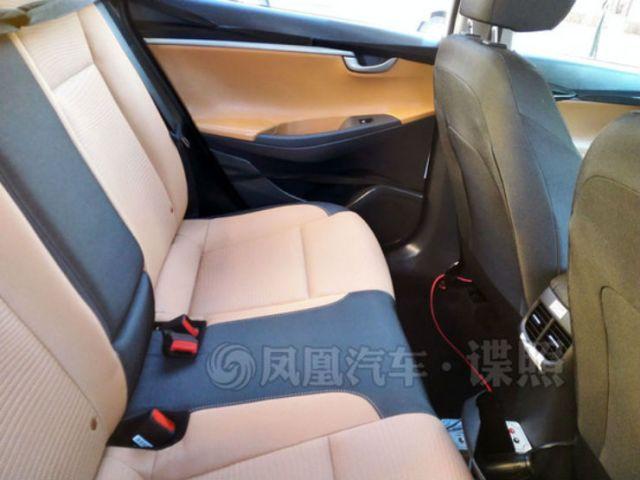 2017-Hyundai-Verna-rear-AC-vents-spied