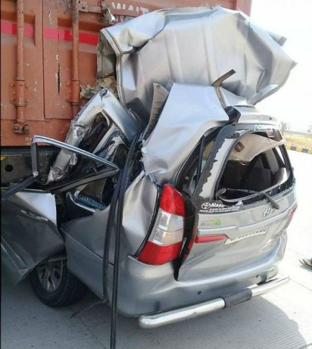 Speeding Toyota Innova Crashes Into Truck, Almost Fully