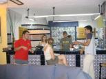 clientes de la casa rural cocinando en Granada