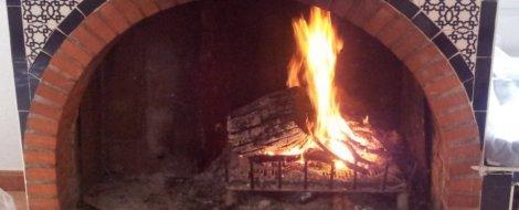 Troncos ardiendo en la chimenea