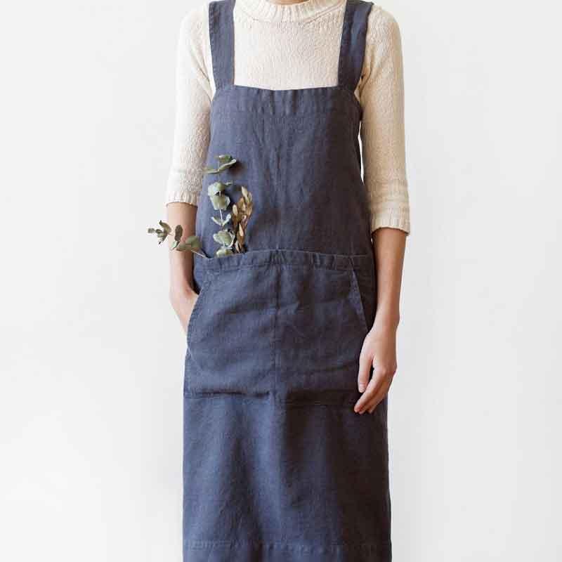 Donkergrijs linnen pinafore schort - omslagschort - merk Linen Tales - online te koop bij Casa Comodo