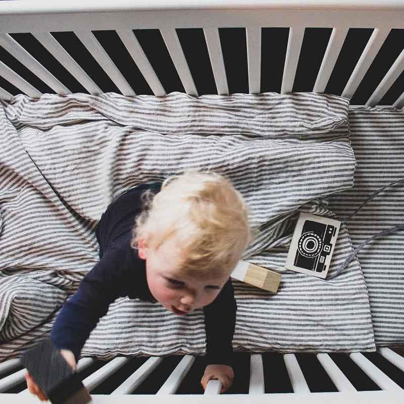 Gestreept linnen kinderdekbedovertrek Stripe Charcoal voor ledikant - online te koop bij Casa Comodo