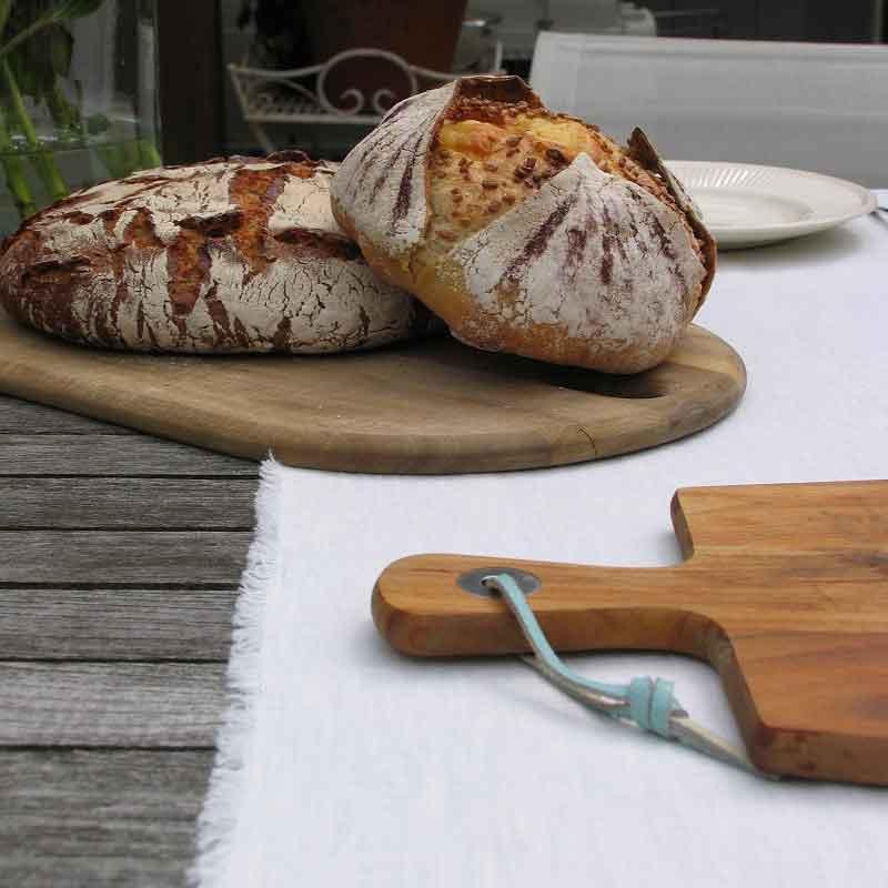 Witte linnen tafeloper met kleine franjes van het merk lInen tales. Gemaakt van 100% puur linnen. Online te koop bij Casa Comodo