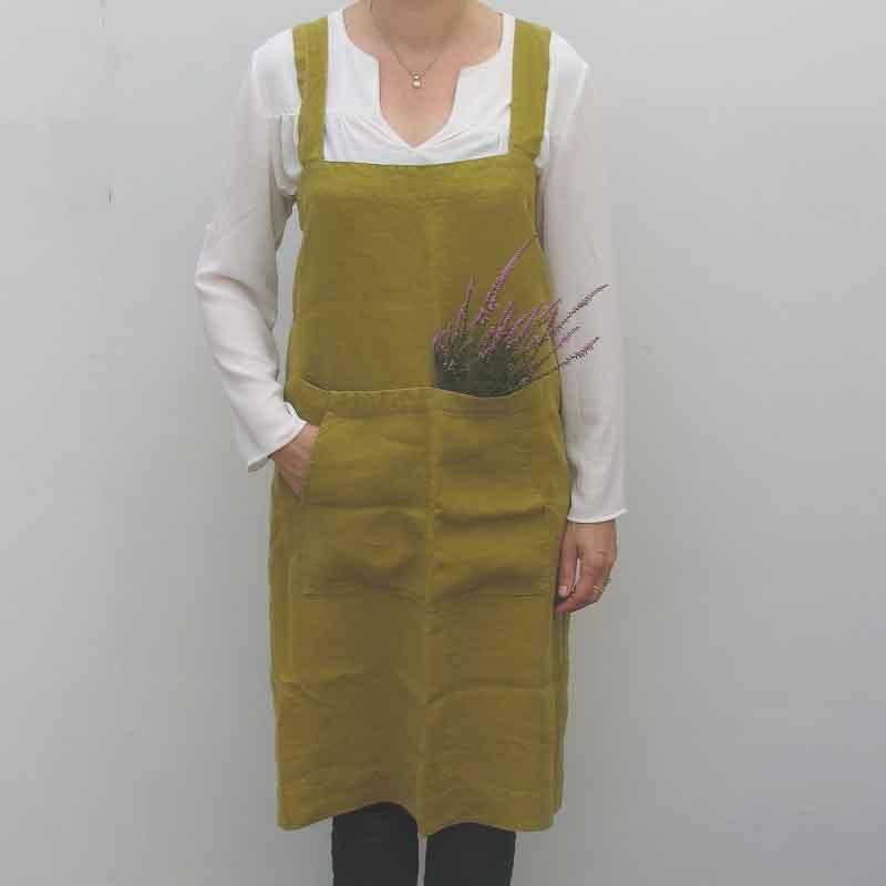 Mosgroen linnen pinafore schort Moss Green - Fijne omslagschort - van het merk Linen Tales - Casa Comodo
