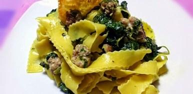 Pappardelle ricce salsiccia e spinaci