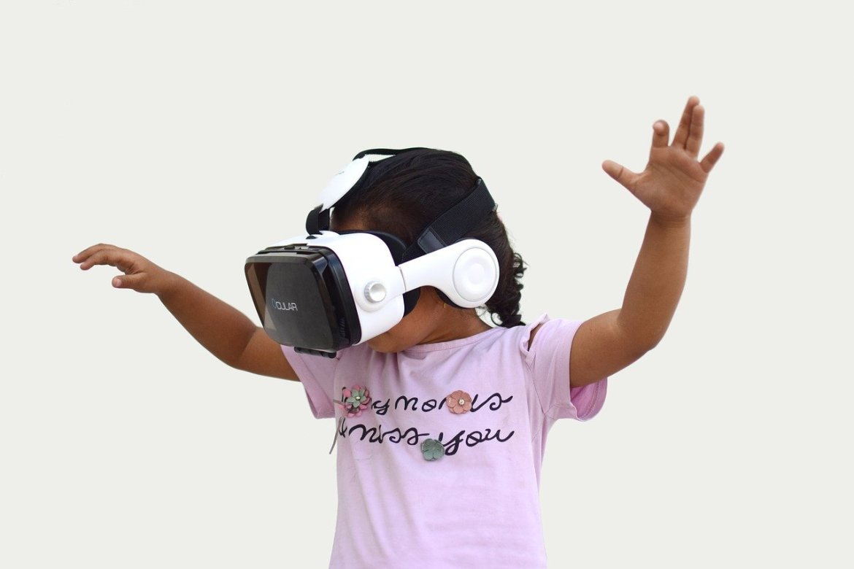 criança com óculos de realidade aumentada