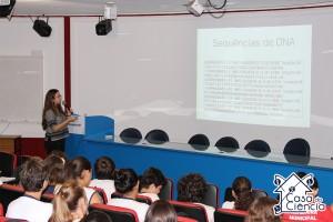 Jéssica mostra aos alunos como são os dados com os quais trabalha