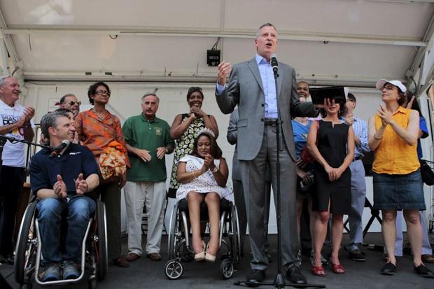 O prefeito de Nova York, Bill de Blasio, durante a Marcha do Dia do Orgulho dos Deficientes Físicos (Foto: Reuters/Eduardo Muñoz)