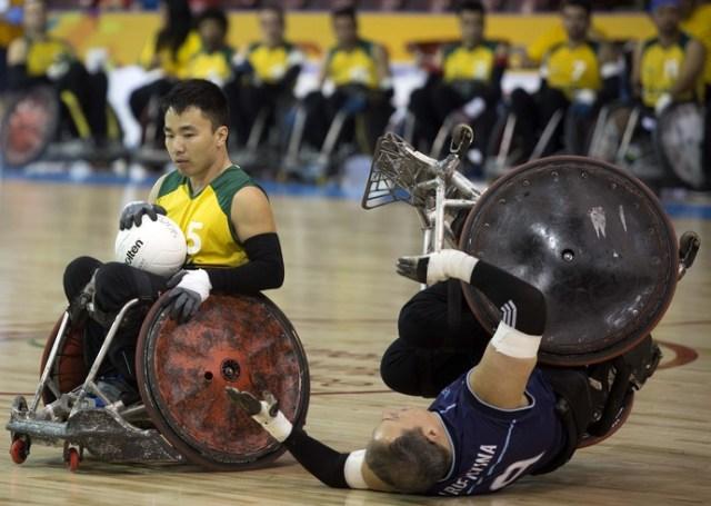 Quedas são comuns e até comemoradas no rúgbi em cadeira de rodas (Foto: Fernando Maia/MPIX/CPB)