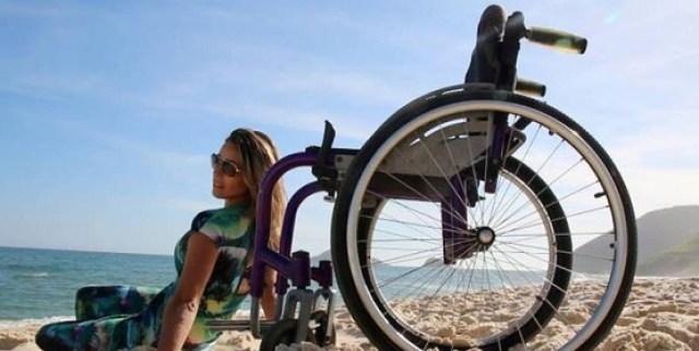 Modelo cadeirante faz campanha para incentivar tratamento de doença rara