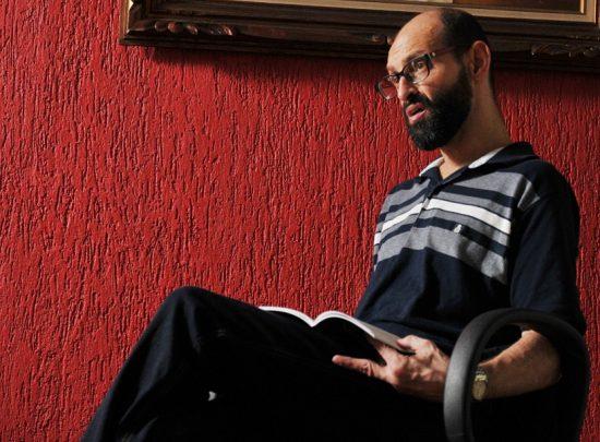Emílio Figueira é psicólogo, psicanalista, teólogo, atua no jornalismo e na produção científica, escritor, ator, autor de teatro e professor. Imagem: Reprodução