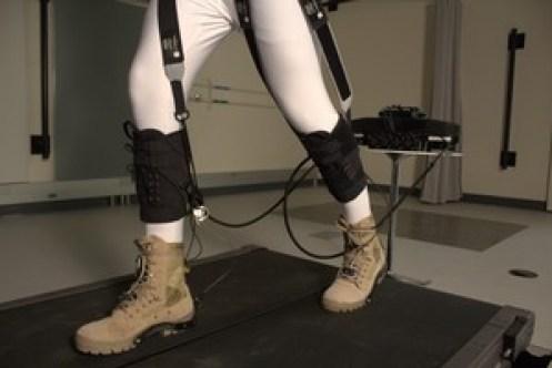 Conectados a pequenos motores, cabos fixados atrás do calçado funcionam como músculos, fazendo com que se caminhe gastando menos energia - Foto: Harvard Biodesign Lab via Revista Papesp