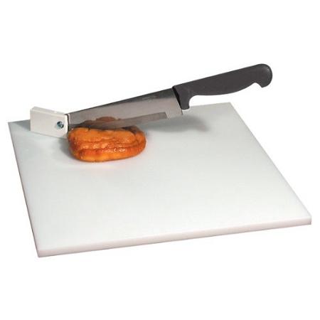 A imagem está no formato retangular na horizontal. Nela contém uma faca cortando uma tortinha que está sobre uma tábua branca. Fim da descrição.