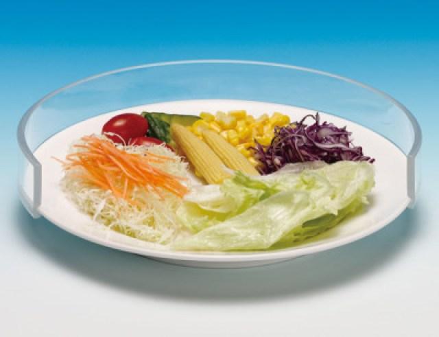 A imagem está no formato retangular na horizontal. Nela contém uma salada dentro de um prato com protetores na borda. Fim da descrição.
