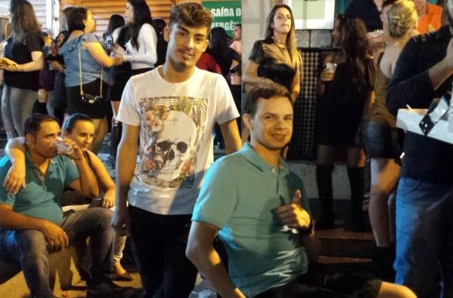 Paulo contou com ajuda do amigo Alan, que também ficou revoltado, para chegar ao camarote (Foto: Artur Lira/G1)