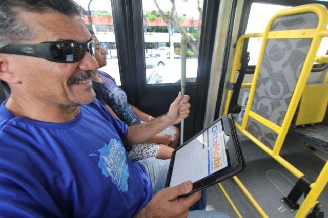 Cego utiliza o CittaMobi Acessibilidade através de um tablete. Facilidade para saber qual e quando pegar o ônibus correto.