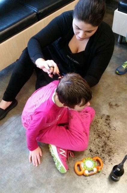 A cabeleireira cortando o cabelo de Madysen (Foto: Reprodução/ Facebook The Mighty)