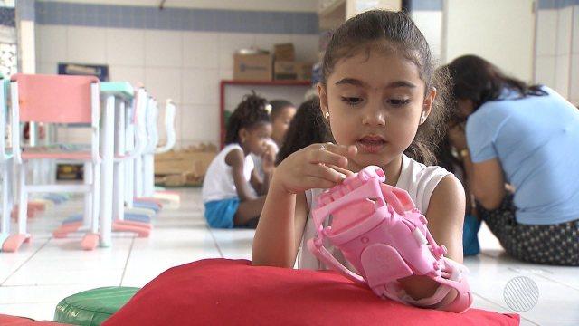 Menina que nasceu sem uma das mãos ganha prótese de um inventor argentino