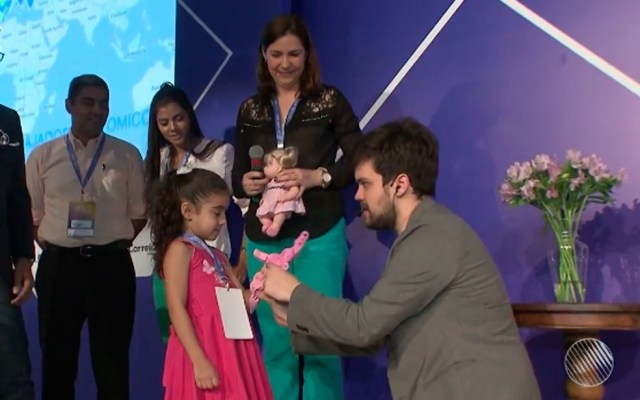 Ana Luísa ganhou mão bônica de inventor argentino (Foto: Reprodução/TV Bahia)
