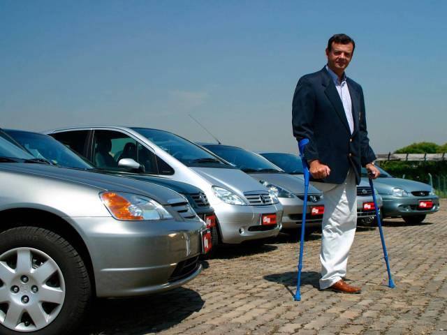 Lars Grael, iatista, testando seis automóveis adaptados para deficientes físicos em 2012