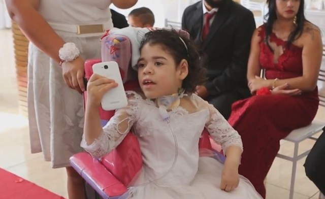 Sarah Vitória é dama de honra do casamento dos pais após 6 anos no hospital (Foto: Reprodução/G1)