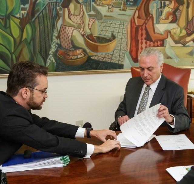 O presidente Michel Temer no momento da assinatura do decreto que regulamenta o uso do FGTS para aquisição de órteses e próteses (Foto: Marcos Corrêa/Presidência da República)