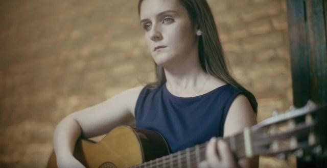 Giovanna Maira é uma das usuárias do app que conseguiu aprender a tocar violão através do novo sistema. (Foto: Samsung/Divulgação)
