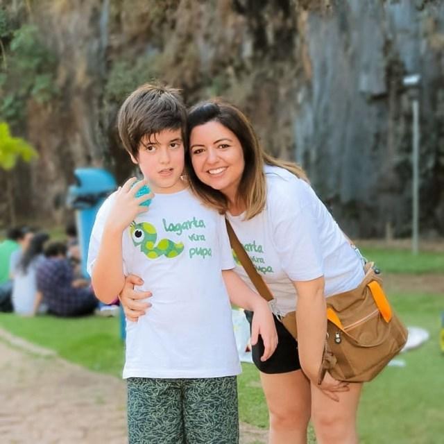 Andréa Werner com o filho Theo, que é autista e a inspirou a ser ativista pelas causas das pessoas com deficiência (Foto: Reprodução Instagram)