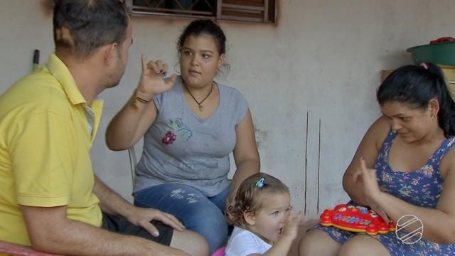 Criança de 2 anos conversa em libras com a família . — Foto: Reprodução TV Morena